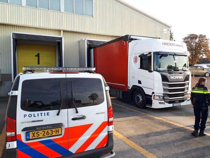 De vluchtelingen werden ontdekt in een vrachtwagencombinatie.