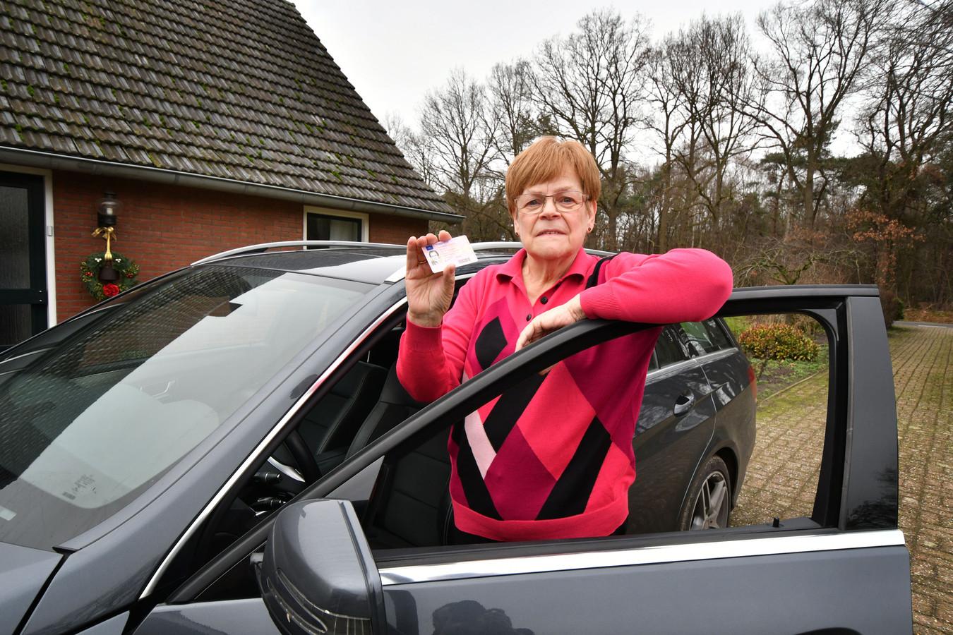 Annie Rouwenhorst (75) mag niet langer autorijden. Hoewel haar arts haar meerdere malen gezond genoeg bevond, bleef instantie CBR in gebreke.