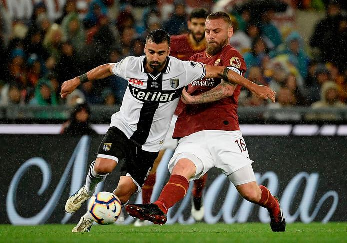 Daniele De Rossi in duel met Parma-aanvaller Fabio Ceravolo.