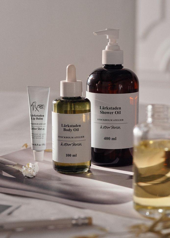 La gamme est composée d'une lotion pour le corps (13 euros), d'une huile pour le corps (17 euros), d'un gommage (15 euros), d'une crème pour les mains (12 euros), d'un gel douche (12 euros), d'une huile de douche (12 euros) et d'un savon pour les mains (9 euros).
