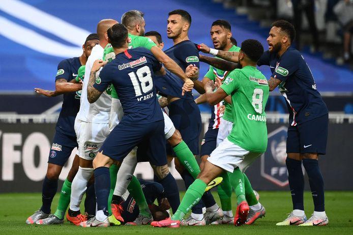 De spelers van Paris Saint-Germain en Saint-Étienne krijgen het met elkaar aan de stok na de charge op Kylian Mbappé.