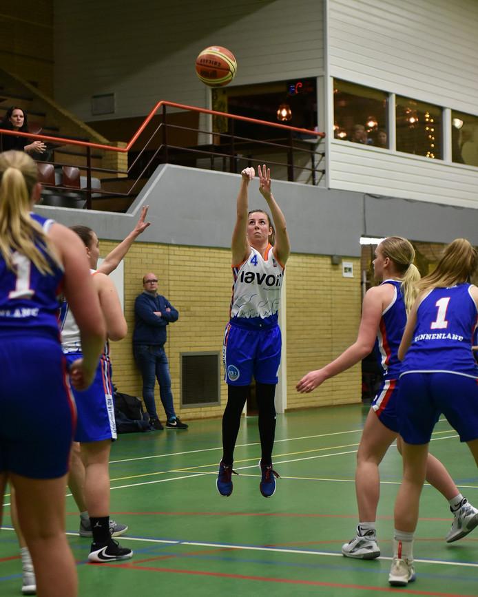 Lisa Kuiper van BC Vlissingen scoort tegen Binnenland.