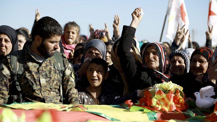 Een begrafenis van Koerdische strijders in Qamishli, een maand geleden. Beeld afp