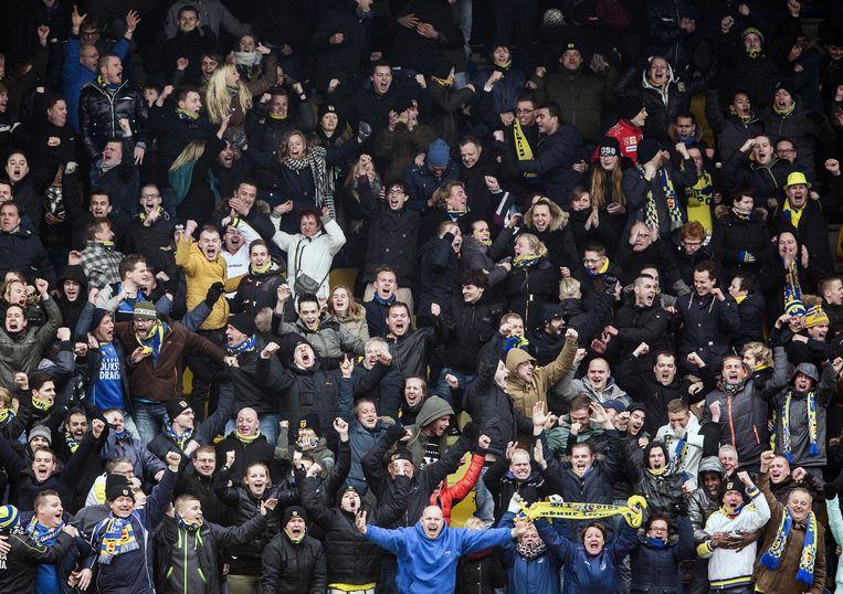 Fans van Cambuur gaan uit hun dak als Sander van de Streek zijn eerste goal maakt tegen aartsrivaal Heerenveen Beeld Jiri Buller