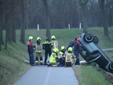 Auto ondersteboven langs Oud-Vossemeersedijk bij Tholen, één persoon gewond