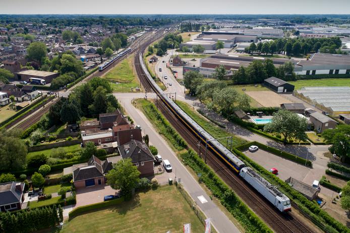 De spoorwegovergang bij de wijk Kalksheuvel en industrieterrein Ladonk.