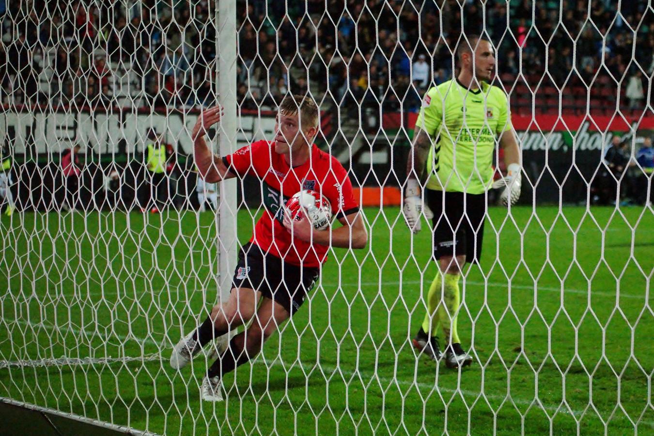 Zian Flemming van NEC haalt de bal uit het doel naar zijn benutte penalty op Hobie Verhulst van Go Ahead Eagles.