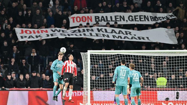 Supporters van PSV tonen hun woede. Vooral technisch manager John de Jong moet het ontgelden.  Beeld BSR Agency