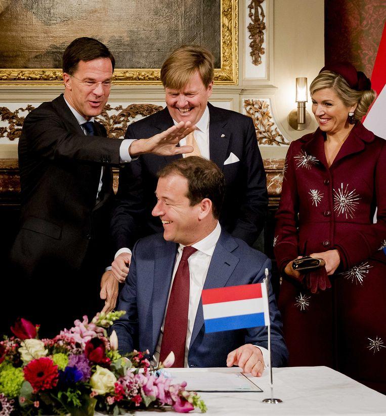 Premier Rutte en Vicepremier Asscher maken een dolletje met het koninklijk paar tijdens een bezoek van de Argentijnse president aan Nederland. Beeld anp