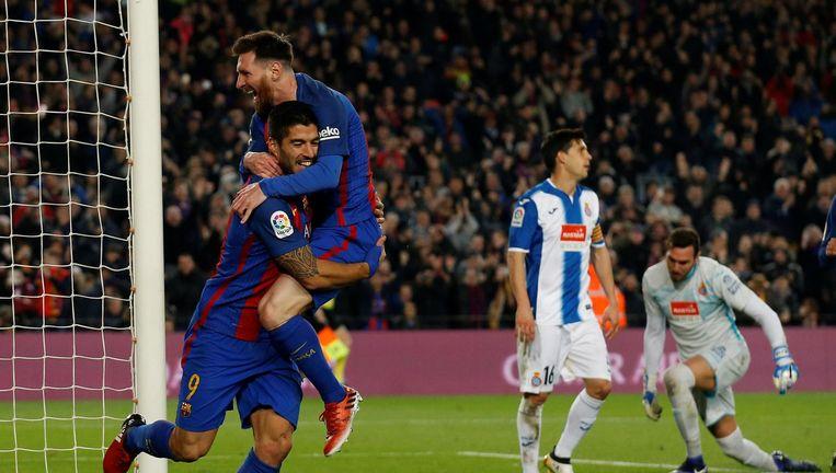 Suarez en Messie vieren de 4-1 tegen Espanyol Beeld null