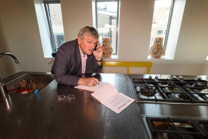 Bé Veen, directeur van drukkerij De Reest en oud-voorzitter van vv Staphorst, zoekt een rustig plekje in de kookstudio van De Gasfabriek om te bellen voor de Meppeler Uitdaging.