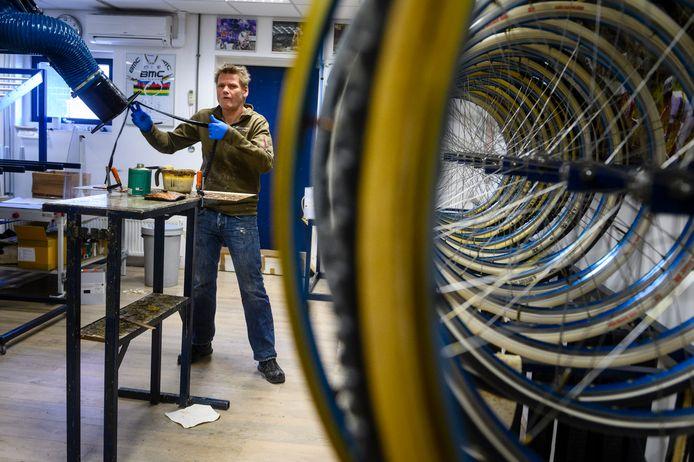 Richard Nieuwenhuis is ondanks de coronacrisis nog druk aan het werk met het fabriceren van nieuwe fietsbanden in het bedrijf in Deurningen.