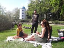 Op een lome lentedag kletsen in het park