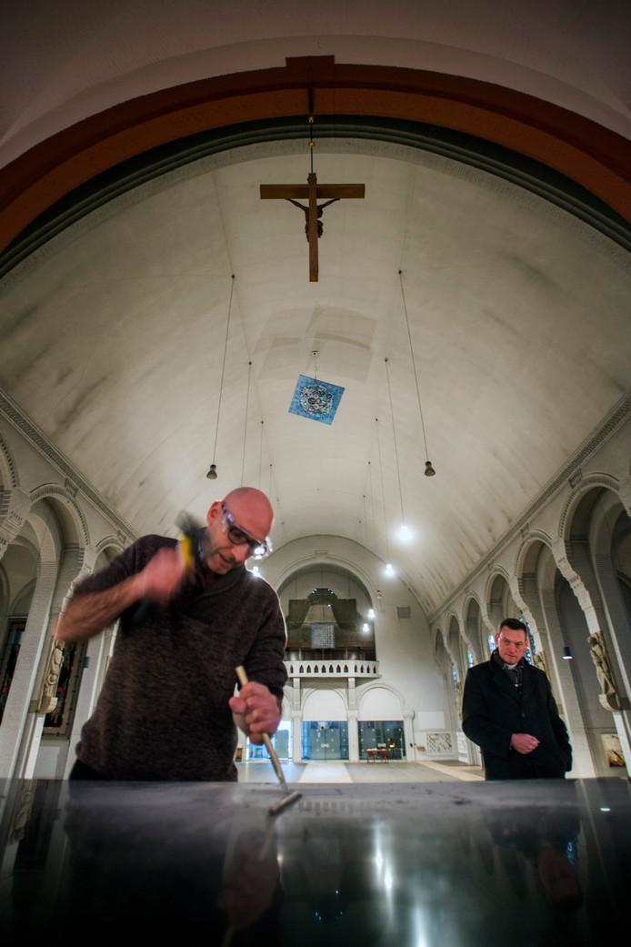 Zeus Hoenderop hakt, onder toeziend oog van pastoor Harm Schilder, op het altaar van de Margarita Maria Alacoque-kerk in.