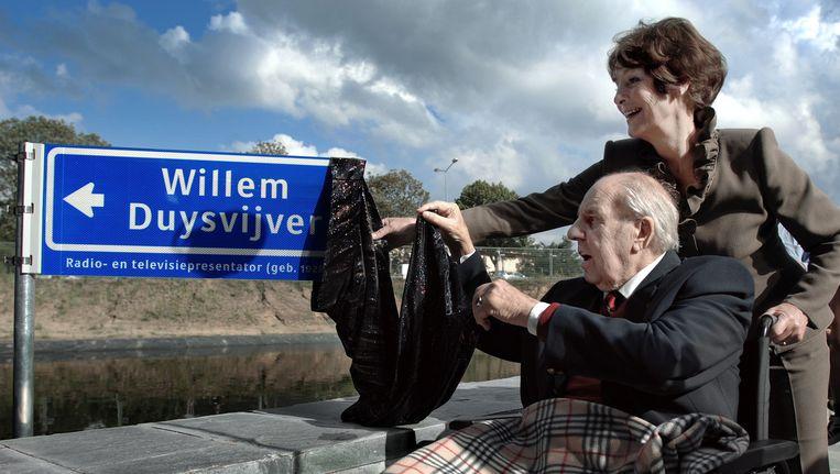 Mies Bouwman en Willem Duys openen de naar de laatste vernoemde straatnaam in het Mediapark te Hilversum, 2007. Beeld Joost van den Broek / de Volkskrant