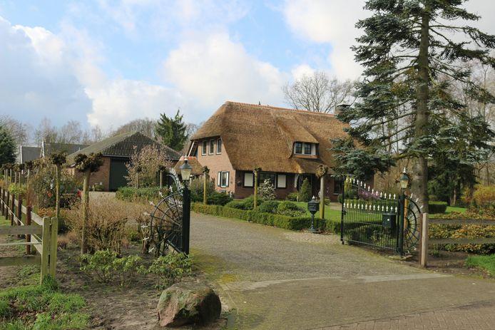 De villa aan de Topweg met daarachter de schuur waar de politie een inval heeft gedaan.