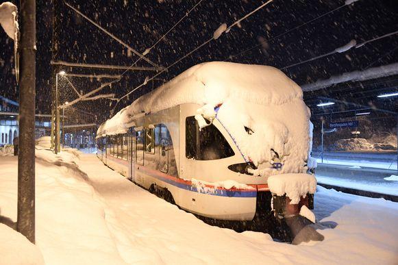 Een besneeuwde trein in het station van Berchtesgaden.