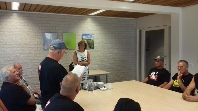 De actievoerders bieden de handtekeningen aan aan wethouder Ans Mol in het gemeentehuis in Beneden-Leeuwen.