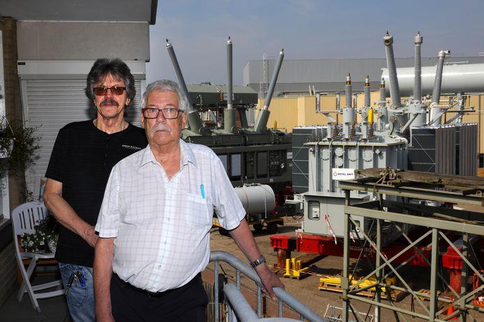 Theo Hermens (links) en Gerard Mientjes met achter hen het terrein van Smit.