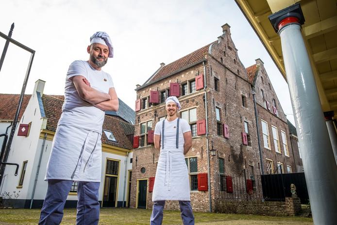Bakkers Fred Voskuil (links) en Martijn Rodenburg staan voor het Daendelshuis, de nieuwe aanwinst van het Bakkerijmuseum, dat hiermee verder groeit tot een openluchtmuseum in Hattem.