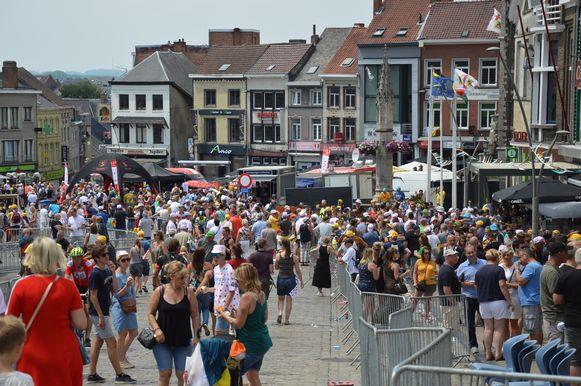 Tour de France in Geraardsbergen - De Markt loopt vol.