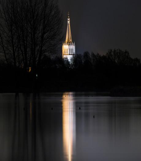 Zendpiraten plaatsten illegale radiozender via hijskraan in kerktoren Doesburg