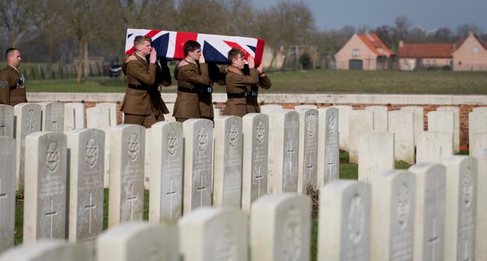 Soldaten dragen de kist van de Britse soldaat Thomas Edmundson tijdens zijn herbegrafenis in het Belgische Ieper. Edmundson wordt met militaire eer begraven, 103 jaar nadat hij als 20-jarige stierf op het slagveld tijdens de Eerste Wereldoorlog. In 2015 werden zijn stoffelijke resten bij Zonnebeke aangetroffen, waarna het nog 3 jaar duurde voor was uitgezocht wie de onbekende soldaat was. Foto Virginia Mayo
