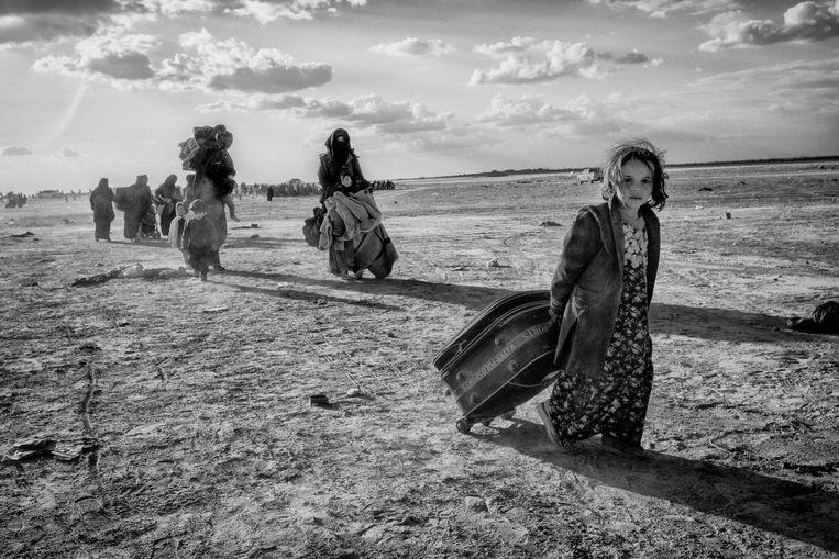 Syrië, Baghuz, maart 2019. Tijdens de strijd om het laatste Isis bolwerk slaan veel IS aanhangers op de vlucht, na wekenlang gebombardeerd te zijn ontstaat er een exodus van mensen die de woestijn invluchten, onder hen zijn vele buitenlandse IS families. Beeld Eddy van Wessel