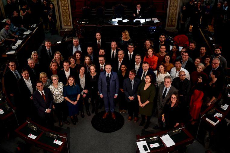 Burgemeester Bart De Wever met de voltallige gemeenteraad.