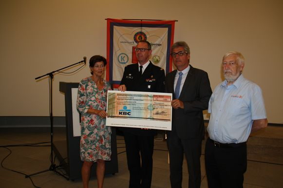 vzw De Golfbreker kreeg 1500 euro uit handen van Nieuwpoorts burgemeester Geert Vanden Broucke en de organisatie van de Vierdaagse