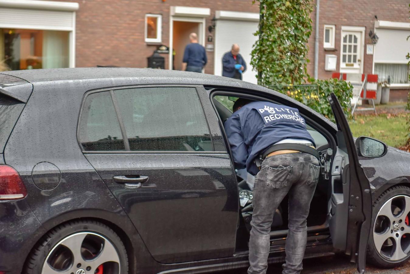 In de Ter Borghstraat in Geldrop pakte de politie twee mannen op en doorzocht huizen en auto's. Elders gingen nog drie mannen in de boeien.