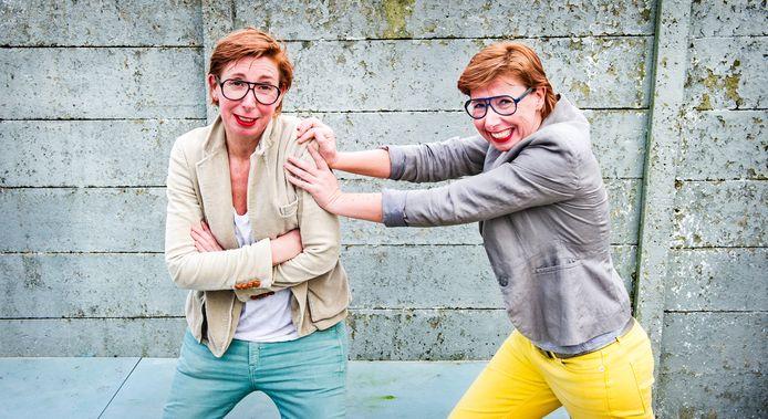 De tweeling Bettie en Rita. Lijsttrekker Bettie (l) wordt geduwd door haar zus Rita.
