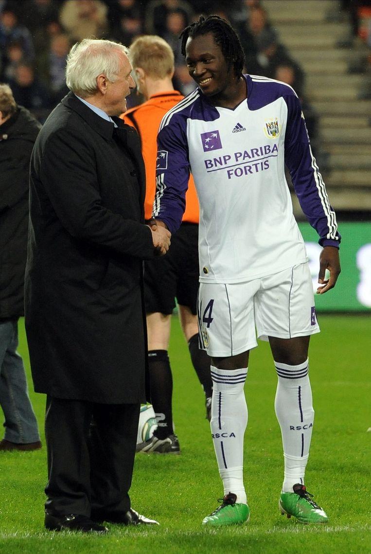 Van Himst schudt Lukaku als speler van Anderlecht de hand.