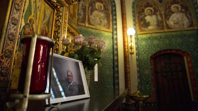 Een foto van pater Frans van der Lugt op het altaar van de Jezuietenkerk aan de Singel. Beeld anp