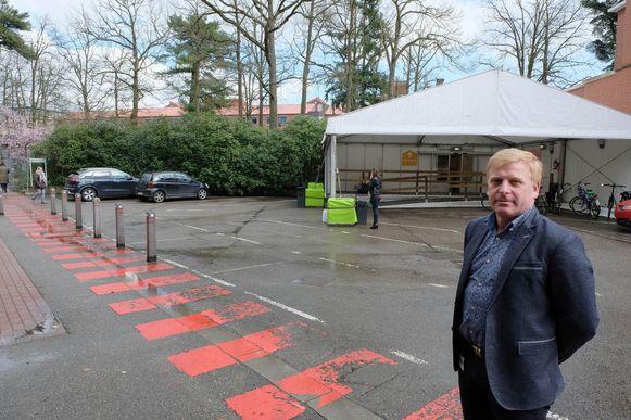 Directeur Faciliteiten Stefaan Claeys bij de nieuwe ingang.