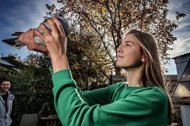 De 14-jarige duivenkweekster Laïs Poublon.