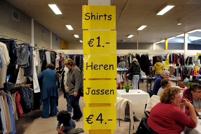 De Kledingbank Zeeland houdt regelmatig een uitverkoop van goede tweedehands kleren.