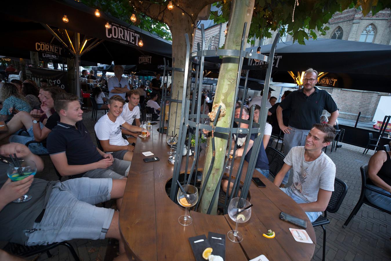 Burgemeester Mark Boumans bij de tafel op het terras van Simons met de vriendengroep uit Avenhorn. Foto's: Theo Kock