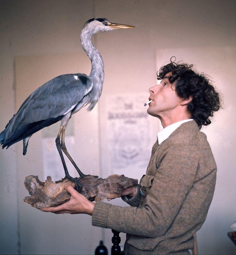 Peter Vos in zijn atelier in Amsterdam met een opgezette reiger, 1975. Beeld Hollandse Hoogte
