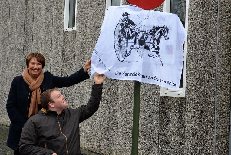 Eerste schepen Greta Vandeputte en wijkburgemeester Stijn Vandromme onthullen het bord.