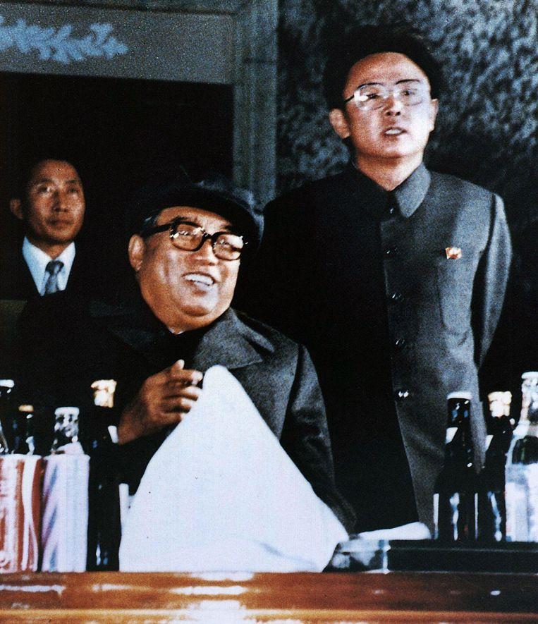 Kim Il-Sung (M) en zijn zoon Kim Jong-Il (R) in 1980. Beeld null