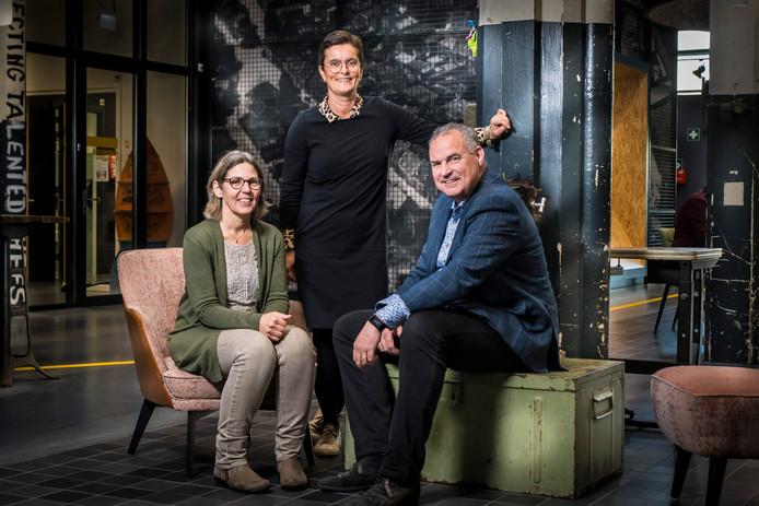vlnr Renate Finkers consulent Wijkbeheer Domijn , Erna Kamphuis teamleider Wijkbeheer , Lucas Franken manager Wonen