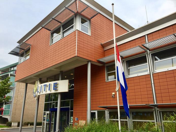 Bij het politiebureau in Oldenzaal hangt de vlag halfstok als eerbetoon aan oud-korpschef Gerard Bouman.