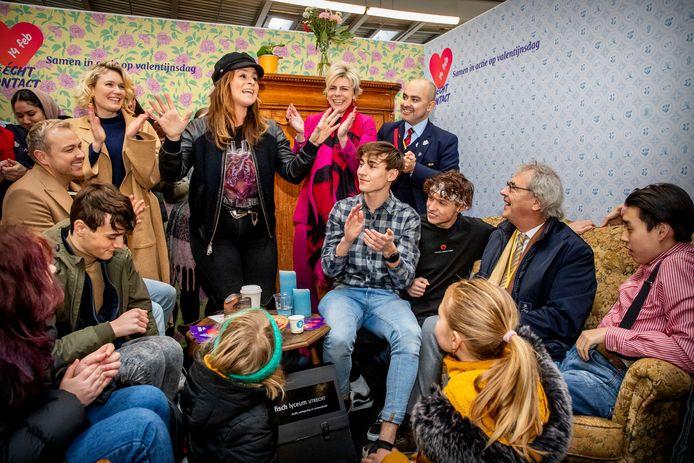 Prinses Laurentien, Trijntje Oosterhuis en Jamai Loman in een van de vier ruimtes op Utrecht CS.