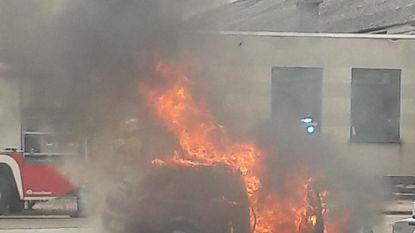 Twee auto's gaan in vlammen op