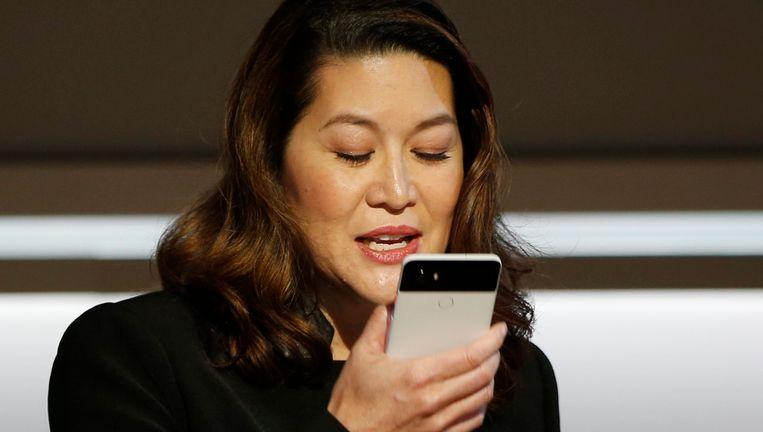 Sabrina Ellis, directeur Product Management bij Google, gebruikt de spraakassistentie van de Pixel 2 tijdens het lanceringsevenement in San Francisco.