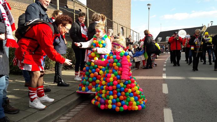 Deze twee dames hadden speciaal voor de kinderoptocht in Ammerzoden hun mooiste baljurk aangetrokken.