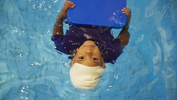 Een meisje krijgt zwemles in Den Haag.