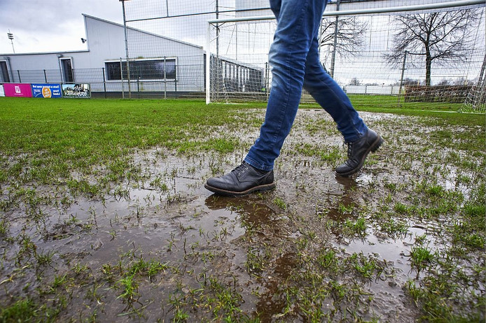 De politiek in Uden wil FC de Rakt unaniem helpen bij de oplossing voor de krapte op Moleneind en de slechte velden.