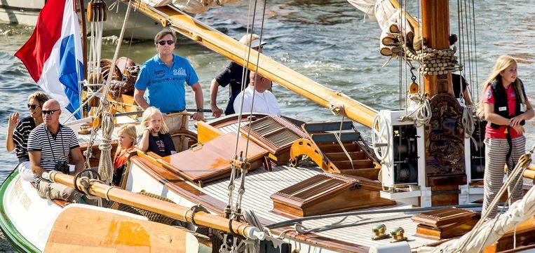Koning Willem-Alexander, koningin Maxima en hun drie dochters, prinses Beatrix en prinses Mabel zijn aan boord van De Groene Draeck. Beeld anp